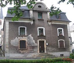 Een door opstijgend vocht zwaar beschadigde muur.